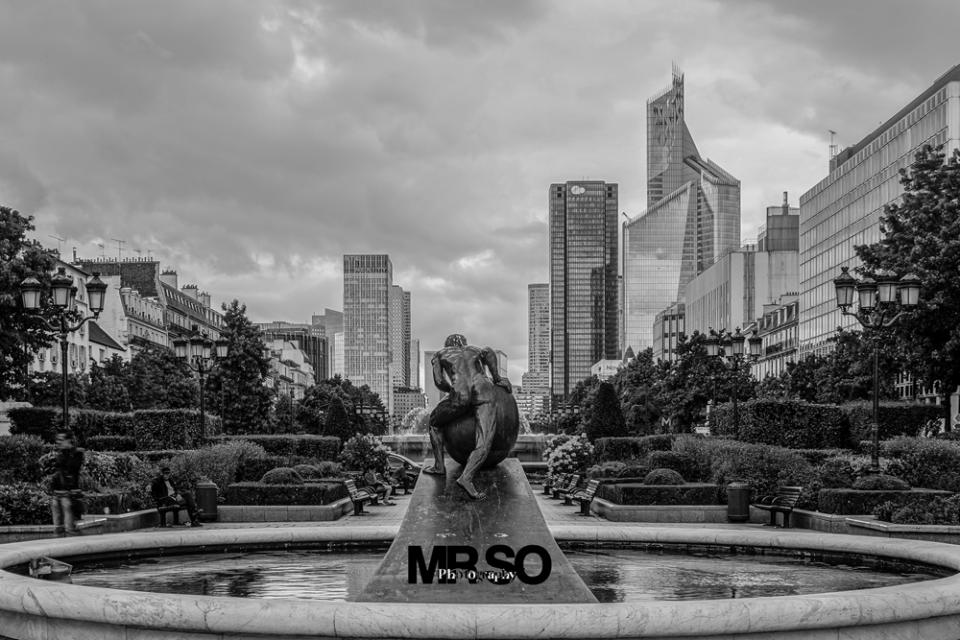 Sysiphe va à la Défense par mrso.fr photographe de rue street, life style, paysage, architecture et immobilier à Orléans, 45, loiret et Centre Val de Loire