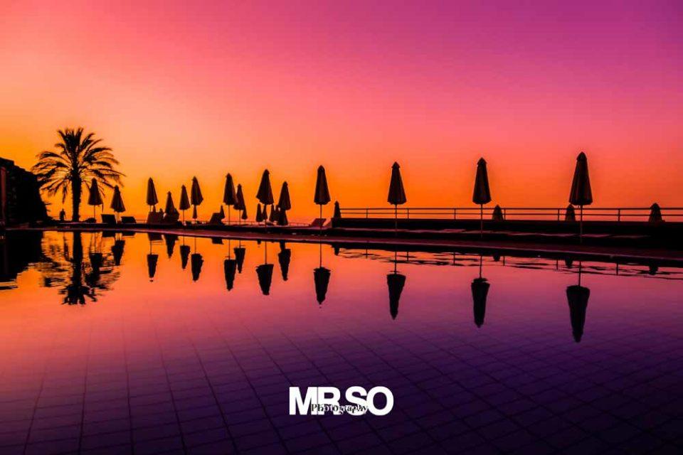 paysage du coucher de soleil sur la piscine